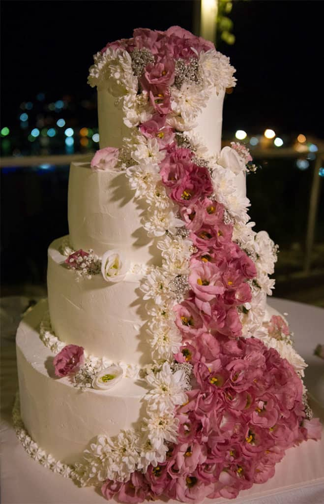 torta spatolata in panna con fiori freschi
